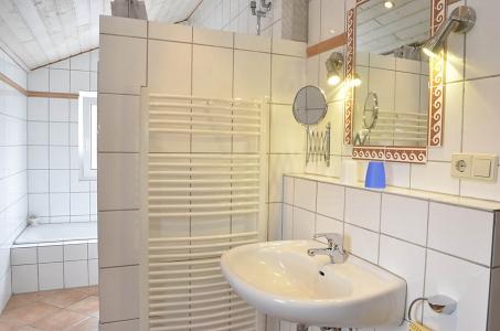 Badezimmer mit Dusche und Badewanne, Ferienwohnung Haus am Weinberg, Mußbach - Neustadt /Weinstr.