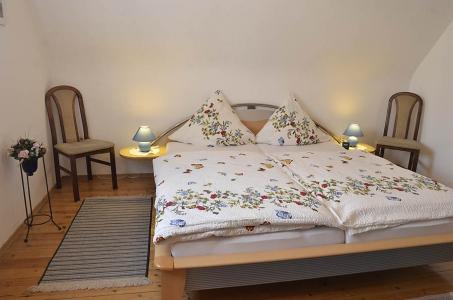 Großes Schlafzimmer mit Doppelbett und Schrank, Ferienwohnung Haus am Weinberg, Mußbach - Neustadt /Weinstr.