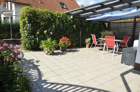 """Überdachte Pergola-Terrasse am Garten mit gemütlicher Sitzgelegenheit für unsere Gäste: """"Ferienwohnung Haus am Weinberg"""" Mußbach - Neustadt /Weinstrtaße"""